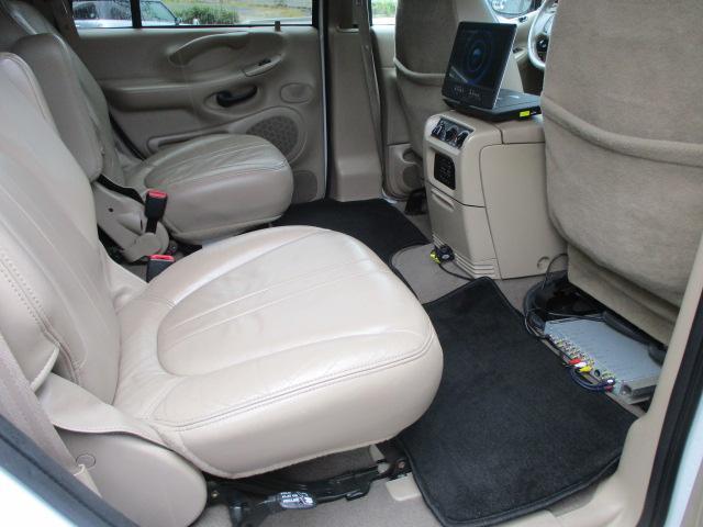 シートにキレや破れ焦げ穴等もなく使用感の少ない清潔感のある車内になっております♪汚れがちなフットマットも使用感が少なくキレイな状態です♪
