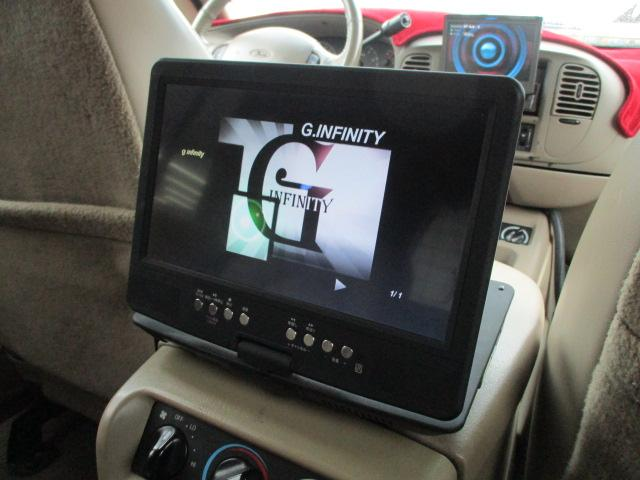 後席用のDVDプレイヤーが装備されております♪画面も大きく見やすいです♪ロングドライブの時でも快適にドライブをお楽しみ頂けます♪お車ですが居住性もございます♪