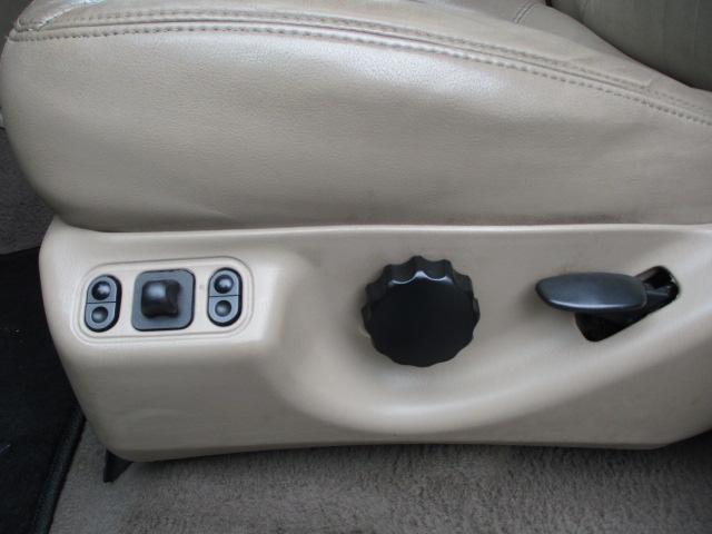 運転席は電動シートとなっております♪座席下部にございますこちらのスイッチで電動シートの操作が出来ます♪