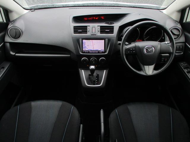 内装はブラックを基調としたシックで落ち着いた雰囲気の車内になっております♪パネルやスイッチ類には目立つキズ等も無くキレイな状態です♪