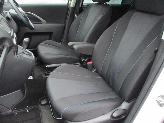 運転席・助手席共にシートにキレや焦げ穴等もなくキレイな状態です♪折りたたみ式の肘掛けが装備されております♪ウォークスルーとなっておりますので後席への移動もラクラクです♪