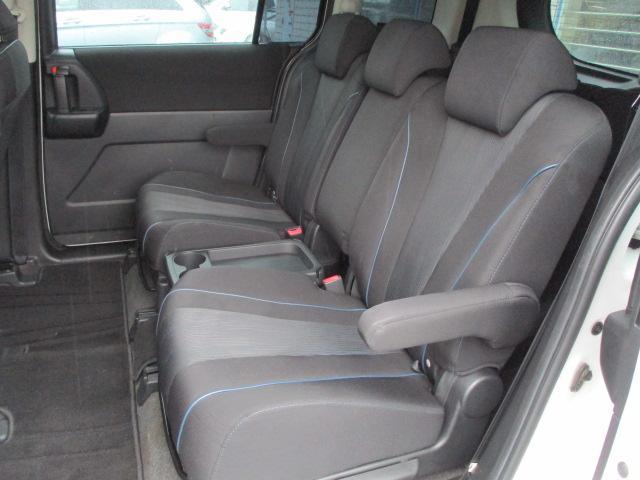 後部座席のシートは座面も大きく座り心地も良好です♪シートにキレや破れ焦げ穴等も有りません♪中央部の背もたれを倒せば肘置きになります♪