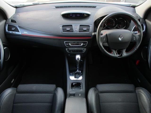 内装はブラックを基調としたシックで落ち着いた雰囲気の車内となっております♪