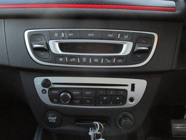 純正CDオーディオが装備されております♪エアコンは左右独立型になっておりますので、運転席と助手席で別々の温度調節が可能です♪パネルやスイッチ類には目立つキズや汚れ等もなくキレイな状態です♪