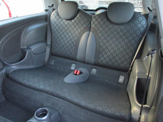 後席両サイドには肘掛と収納ポケットがございます♪チャイルドシートも装着出来ますのでお子様を連れてのドライブも楽しめます♪