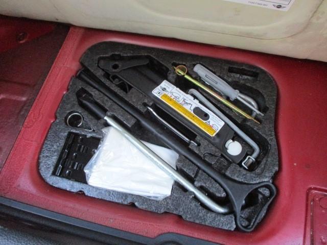 ラゲッジスペース下部には、スペアタイヤと車載工具も完備されておりますので緊急時の対応も安心です♪