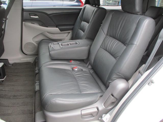 後部座席のシートは座面も大きく座り心地も良好です♪シートにキレや破れ焦げ穴等も有りません♪中央部の背もたれを倒せばドリンクホルダーが完備された肘置きがございます♪