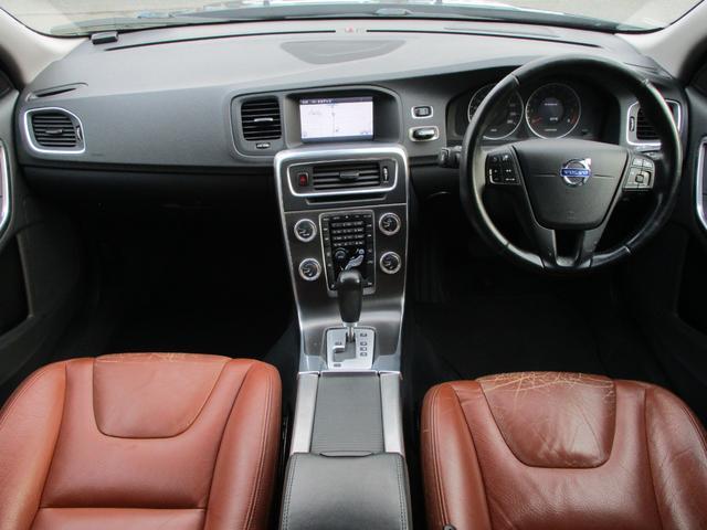 内装はブラックを基調としたシックで落ち着いた雰囲気の車内になっております♪パネルやスイッチ類には目立つキズや汚れ等も無くとてもキレイな状態です♪