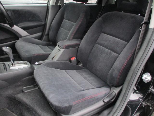 運転席・助手席共にシートに焦げ穴や目立つ汚れ等も無くとてもキレイな状態です♪センターコンソールには ドリンクホルダーや小物入れも完備されており使い勝手も良好です♪