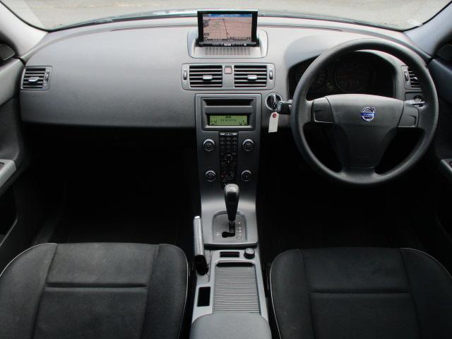 内装はグレーを基調としたシックで落ち着いた雰囲気の車内になっております♪パネル類には目立つキズ等も無くとてもキレイな状態です♪
