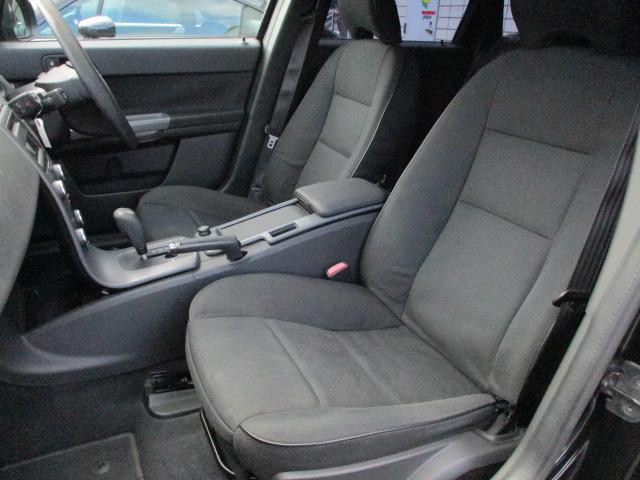 運転席・助手席共にシートにキレや焦げ穴等も無くキレイな状態になっております♪センターコンソールには小物入れも完備されおり使い勝手も良好です♪