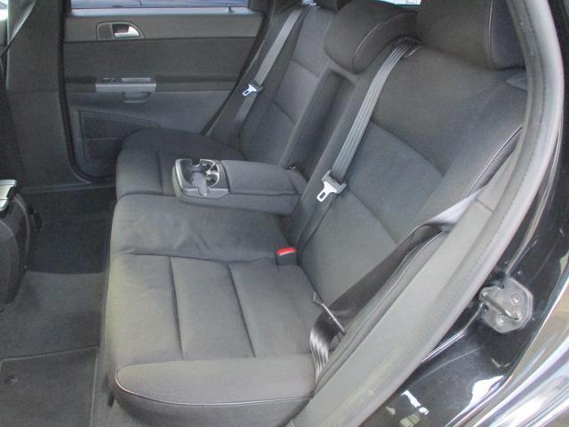 後席のシートはキレや焦げ穴等もなくキレイな状態です♪座面も大きく座り心地も良好です♪中央部の背もたれを倒せば肘置きになります♪汚れがちなフットマットも使用感が少なくキレイな状態です♪