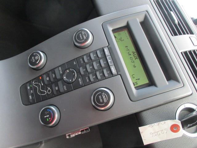 純正オーディオが装備されております♪AUTOエアコンは左右独立型になっておりますので、運転席と助手席で別々の温度調節が可能です♪パネルやスイッチ類にキズや汚れ等も無くとてもキレイな状態です♪