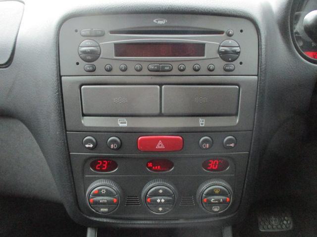 純正オーディオが装備されております♪♪パネルやスイッチ類には目立つキズや汚れ等もなくキレイな状態です♪AUTOエアコンは左右独立型になっておりますので、運転席と助手席で別々の温度調節が可能です♪