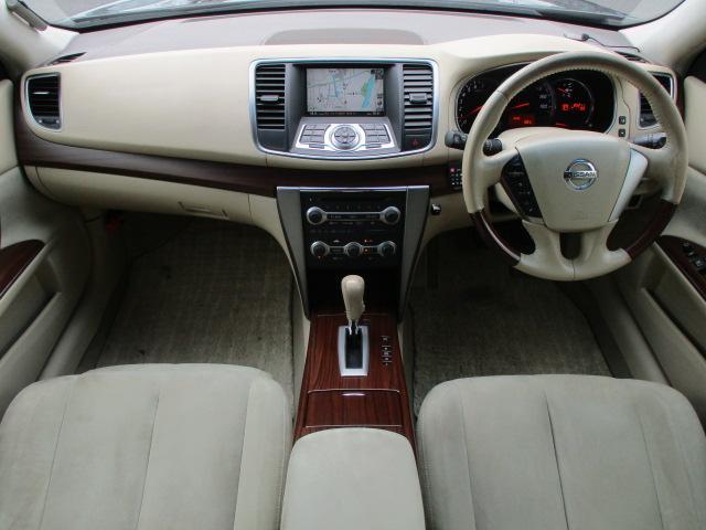 内装はベージュを基調とした明るく落ち着いた雰囲気の車内になっております♪ウッドコンビステアリング+ウッドパネルも使用されており、高級感もございます♪パネル類に目立つキズ等もなくキレイな状態です♪