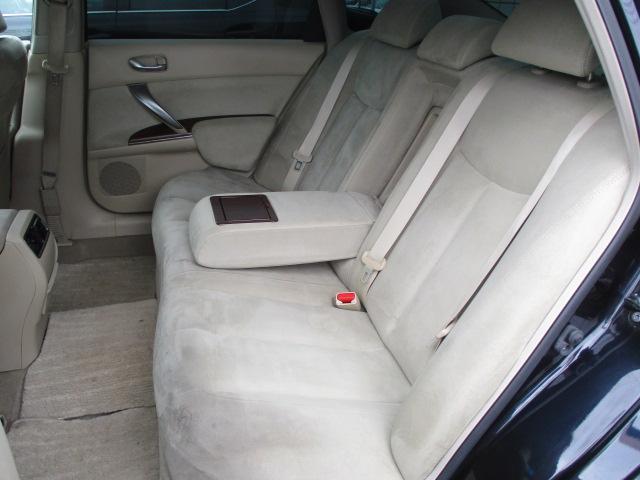 後席のシートにも目立つキズや擦れ等もなくキレイな状態です♪シートは座面も大きく座り心地も良好です♪中央部の背もたれを倒せば肘置きが装備されております♪汚れがちなフットマットもキレイな状態です♪
