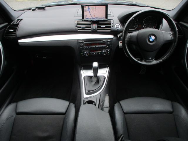 Mスポーツですのでハーフレザーシートとなっております♪内装はブラックを基調としたシックで落ち着いた雰囲気の車内になっております♪カーボン調パネルが使用されておりスポーティーな印象です♪