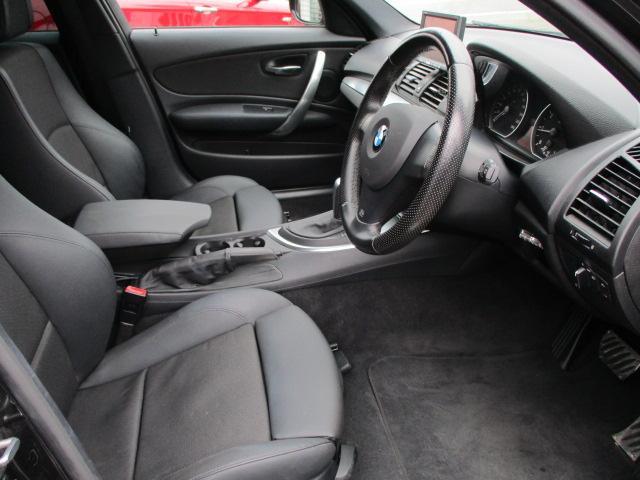 広々とした運転席は窮屈感等のストレスを感じません♪程よいホールド感のあるバケットシートはスポーティーな走行でも体の支えてくれます♪シートリフター機能もございますのでお好みの高さに調整出来ます♪