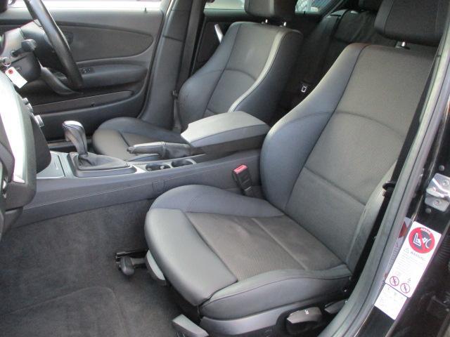 運転席・助手席シート共に目立つ汚れ等もなくキレイな状態です♪コンソールボックスはドリンクホルダーや収納付きの肘掛けになっております♪