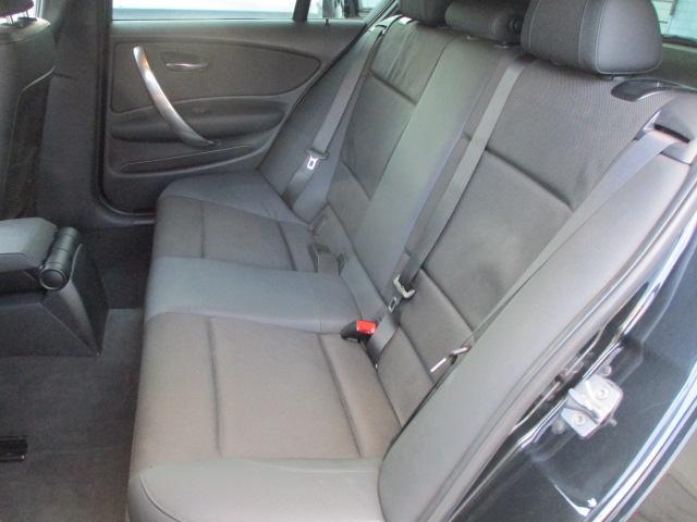 後部座席のハーフレザーシートはキレや破れ焦げ穴等もございません♪使用感の少ない清潔感の有る車内になっております♪座面も大きく座り心地も良好です♪汚れがちなフットマットも使用感が少なくキレイな状態です♪