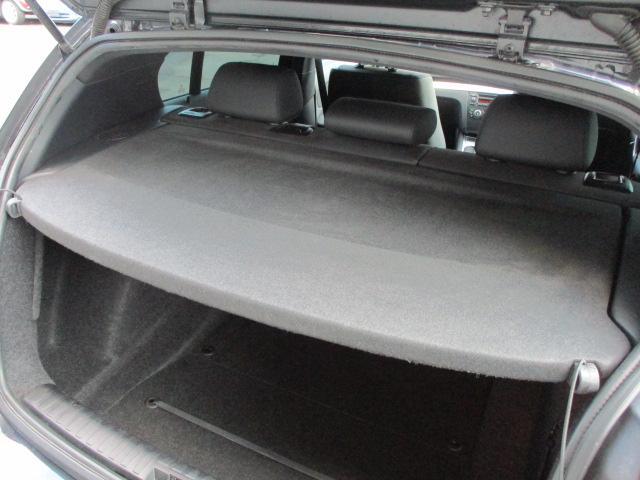 取り外し可能なトノカバーも装備されております♪キレイなトノカバーです♪車内の安全性も良好です♪