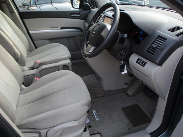 広々とした運転席は窮屈感等のストレスを感じません♪ソファーのようなシートは質感も良く肌触りも良好です♪シートリフター機能もございますのでお好みの高さに調整出来ます♪