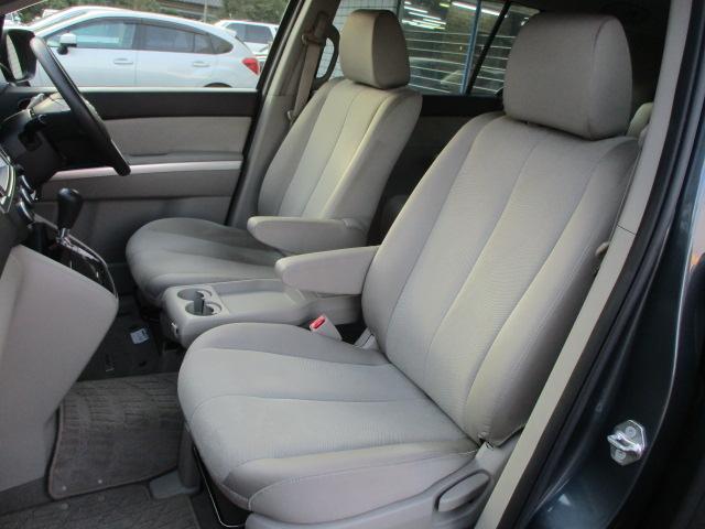 運転席・助手席共にシートに焦げ穴や破れ等もなくキレイな状態です♪折りたたみ式の肘置きも完備されており使い勝手も良好です♪ウォークスルーとなっておりますので後席への移動もラクラクです♪
