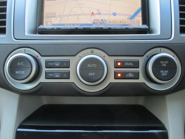 エアコンは左右独立型になっておりますので、運転席と助手席で別々の温度調節が可能です♪パネルやスイッチ類にはキズや汚れ等も少なくキレイな状態です♪