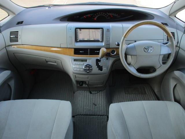 内装はベージュを基調とした明るく落ち着いた雰囲気の車内になります♪ウッドパネルも施されており高級感もございます♪パネルやスイッチ類にはキズや汚れ等も無くキレイな状態です♪