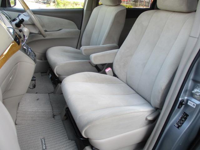 運転席・助手席共にシートにキレや焦げ穴等もなくキレイな状態です♪運転席と助手席には、折りたたみ式の肘掛けが装備されておりますのでくつろいでお乗り頂けます♪