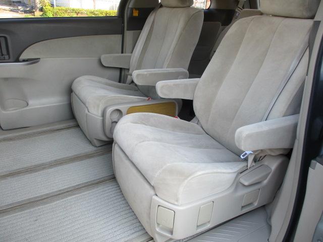 後部座席のシートはキャプテンシートになっており座面も大きく座り心地も良好です♪シートにキレや破れ焦げ穴等も有りません♪オットマンも装備されております♪