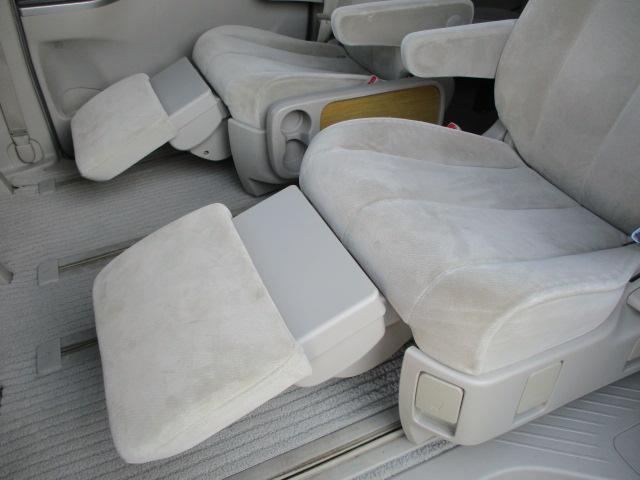 後部座席にはオットマンが装備されております♪後席にお乗りになられる方も不自由なくご乗車出来ます♪角度調整が可能ですので好みの位置でご使用下さい♪