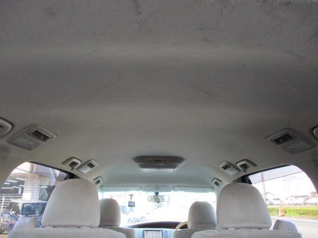 天井が高く窮屈感を感じない車内です♪窓も大きいので開放感もございます♪天張りに目立つ汚れや嫌な臭い等も無くキレイで清潔感のある車内になっております♪