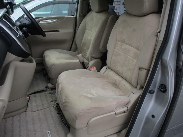 運転席・助手席シート共にキレや焦げ穴等もなくキレイな状態です♪折りたたみ式の肘掛けが装備されております♪ウォークスルーとなっておりますので後部座席への移動もラクラクです♪