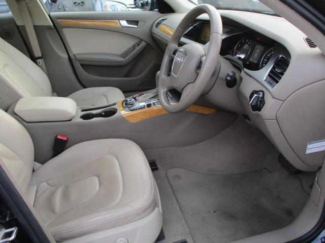 運転席は本革電動シートになっております♪お好みの位置にラクラクと調整出来ます♪シートヒーターも装備されております♪足元は広々としており窮屈感等のストレス等も感じる事なくご乗車出来ます♪