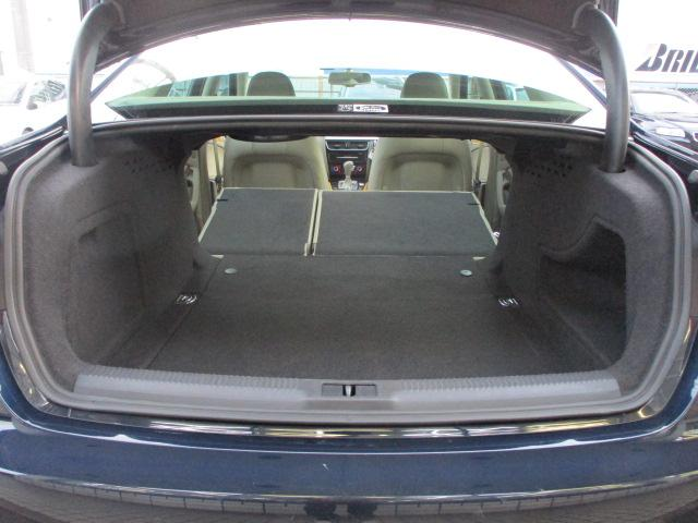 トランクルームは後部座席背もたれを倒すと車内とつなぐ事が可能です♪長さの有る物も積むことも出来ます♪