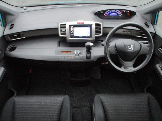 内装はブラックを基調としたシックで落ち着いた雰囲気の車内となっております♪ウォークスルーになっておりますので後部座席への移動もラクラクです♪パネル類には目立つキズや汚れ等も無くキレイな状態です♪