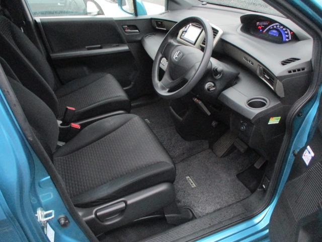 広々とした運転席は窮屈感等のストレスを感じません♪シートは質感も良く肌触りも良好です♪ドリンクホルダーも装備されております♪