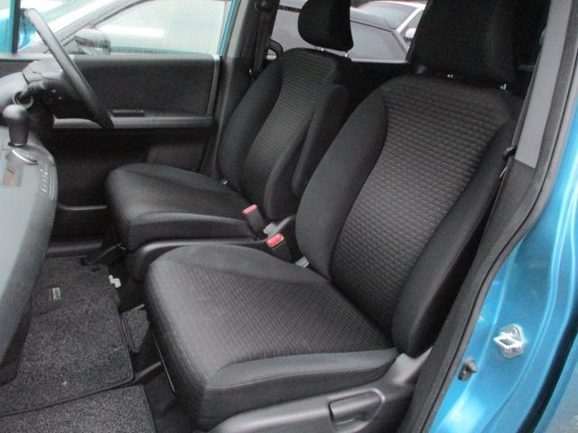 運転席・助手席共にシートにキレや焦げ穴等もなくキレイな状態です♪運転席には、折りたたみ式の肘掛けが装備されております♪