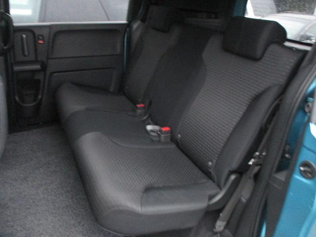 後部座席のシートは座面も大きく座り心地も良好です♪シートにキレや破れ焦げ穴等も有りません♪汚れがちなフットマットも使用感が少なくキレイな状態です♪