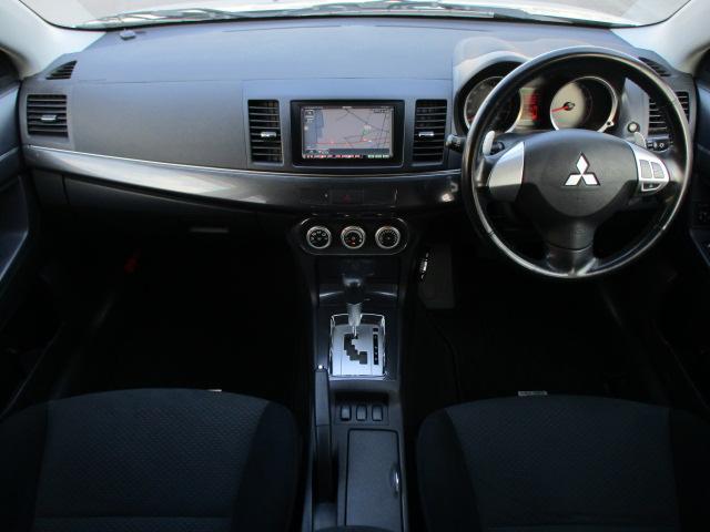 内装はブラックを基調としたシックで落ち着いた雰囲気の車内になっております♪使用感も少なくキレイな車内となっております♪パネル類にも目立つキズや汚れ等も無くとてもキレイな状態です♪