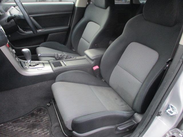 運転席・助手席共にシートに焦げ穴や破れ等もなくとてもキレイな状態です♪中央部のコンソールボックスは収納付きの肘掛けになっております♪