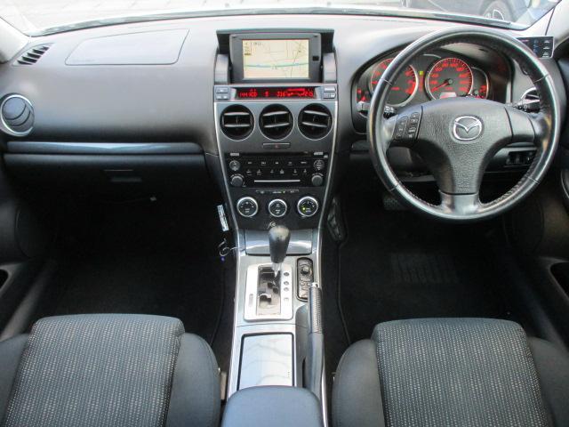 内装はブラックを基調としたシックで落ち着いた雰囲気の車内になっております♪後期型のパネル類はダークシルバーになります♪目立つキズや汚れ等も無くとてもキレイな状態です♪