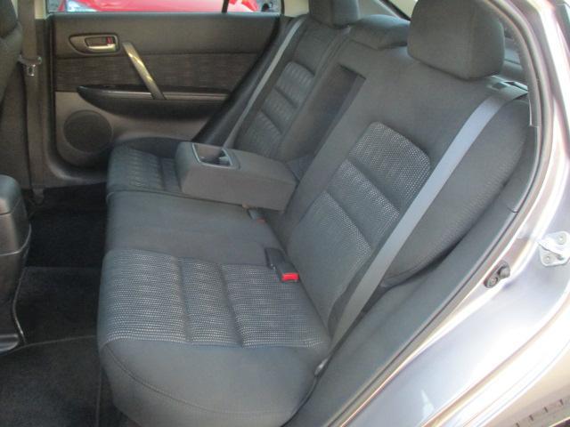 後席のシートにも目立つキズや擦れ等もなくキレイな状態です♪座面も大きく座り心地も良好です♪中央部の背もたれを倒せば肘置きが装備されております♪