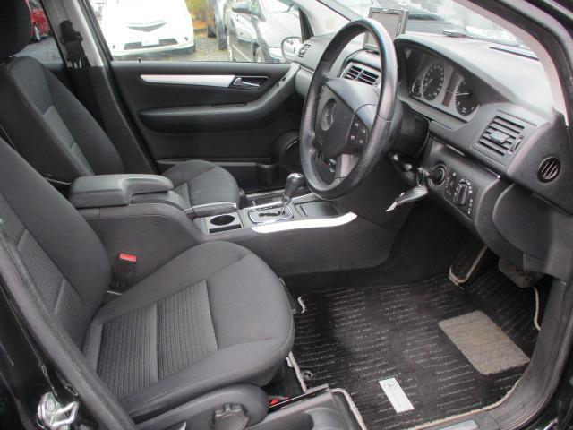 広々とした運転席は窮屈感等のストレスを感じません♪シートは質感も良く肌触りも良好です♪シートリフターも装備されておりますのでお好みの高さに調整出来ます♪
