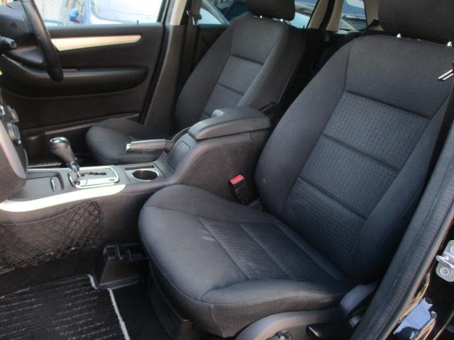 運転席・助手席シート共に目立つ擦れやキズ等もなくキレイな状態です♪中央部のコンソールボックスはドリンクホルダーや収納付き肘掛けがございます♪