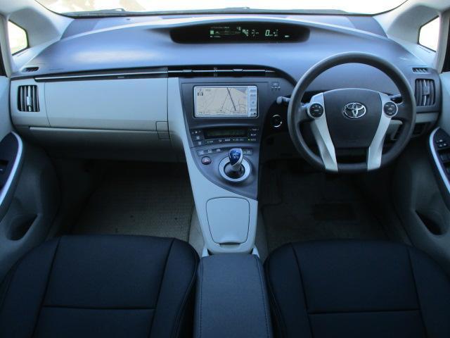 広々とした運転席は窮屈感等のストレスを感じません♪ソファーのような革調シートカバーは質感も良く肌触りも良好です♪シートリフターも装備されておりますのでお好みの高さに調整出来ます♪