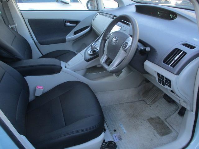 運転席・助手席共に革調シートカバーにはキレや焦げ穴等もなくキレイな状態です♪中央部のコンソールボックスはドリンクホルダーや収納付きの肘掛けが完備されております♪