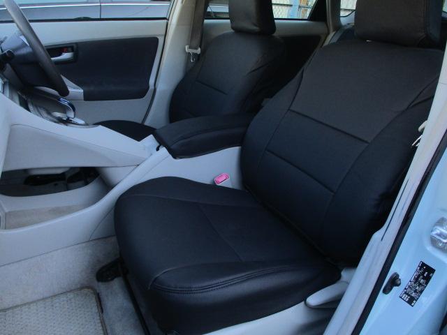 後席のシートも広々としております♪シートは座面も大きく座り心地も良好です♪中央部の背もたれを倒せばドリンクホルダーが完備された肘置きが装備されております♪