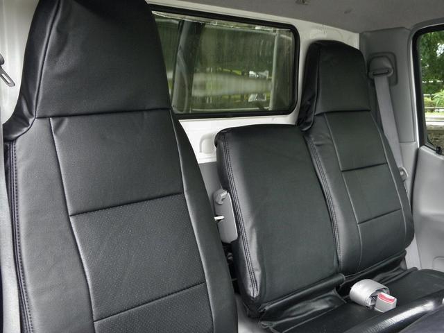 座席に破れがあるため、本革調シートカバーを掛けています。
